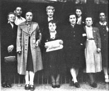 Résistantes et sympathisants à l'école Burdeau de Rive de Gier. Au 1er rang de gauche à droite: n°2, Alice Escoffier, n°3, Mme Geneste, n°4, Mme Martin-Rosset, n°5, Mme Escoffier (mère d'Alice et Renée), n°6 Renée Escoffier. Collection privée.